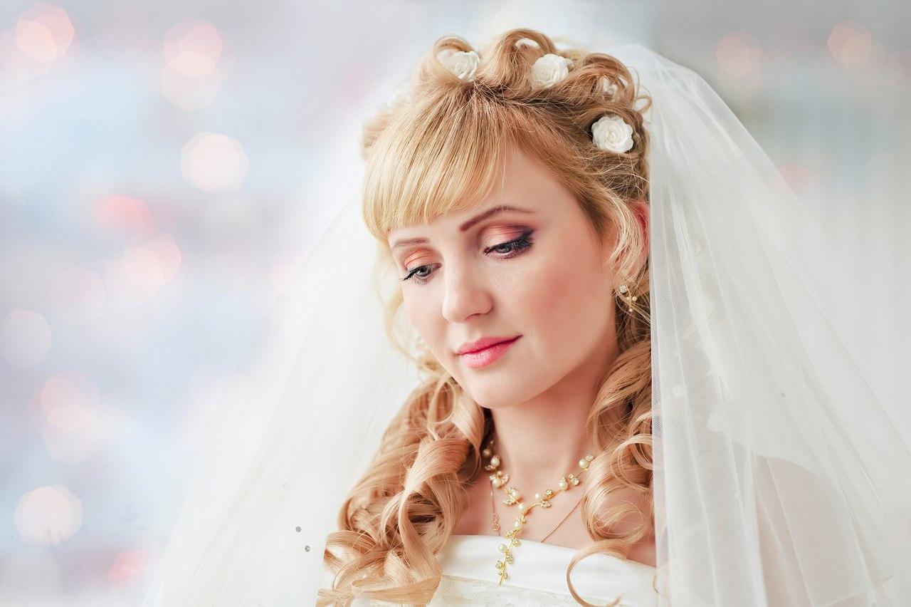 Фото свадебных причёсок на длинные волосы с фатой и чёлкой